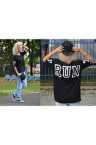 black run print Bershka t-shirt - light blue denim second hand jeans