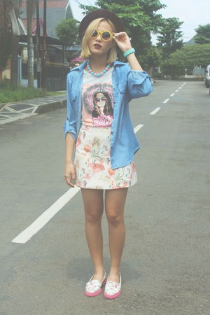 white Number 61 t-shirt - bubble gum floral print shoes