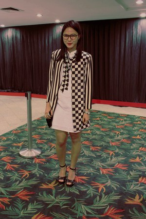 black stripes blazer - white dress - black peep toe Nine West heels