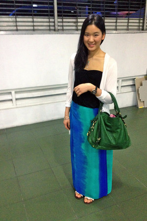green shoulder rabeanco bag - black tube cotton on top - teal tie-dyed skirt