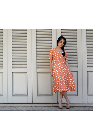 carrot orange polkadot top - nude faux leather heels
