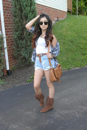 whiteold top - boots - plaid old shirt - shorts - ray bans sunglasses - belt
