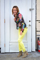 black floral print H&M blouse - yellow skinny J Brand jeans