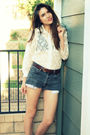 White-vintage-top-black-vintage-levis-shorts-brown-vintage-belt-brown-urba