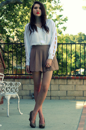 beige Queens Wardrobe shorts - white vintage top - beige seychelles shoes