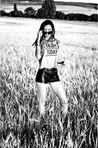 heather gray t-shirt VJ-style t-shirt - black leather shorts Forever 21 shorts