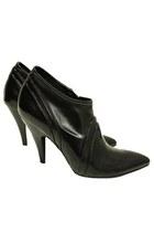 black BCBG boots
