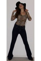 navy Guess jeans - black felt hat - brown leopard print shirt