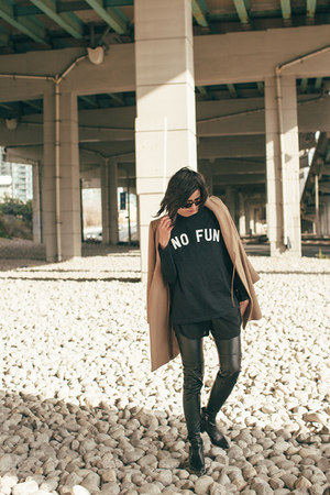 black slogan No Fun t-shirt - black zipper Zara boots