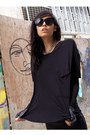 Black-oversize-t-cyeoms-shirt-black-chelsea-shades-house-of-harlow-sunglasses