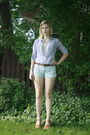 Blue-levis-shorts-brown-vintage-belt-blue-converse-blouse-white-vintage-to