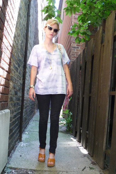 black-target-jeans-beige-kork-ease-shoes-gold-sunglasses-_400.jpg