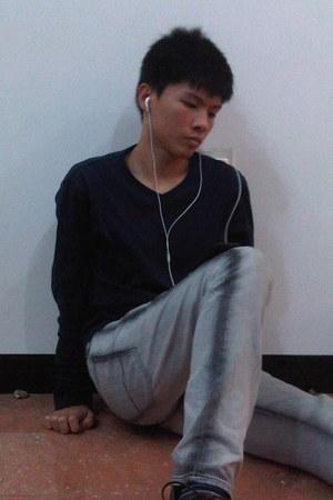 navy sweatshirt - dark gray shoes - jeans