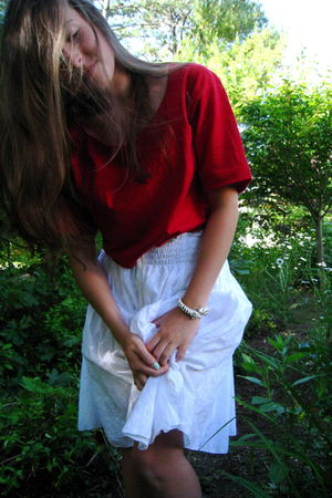 red Haines t-shirt - white Joe Banbasset skirt