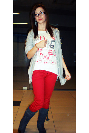Red jeans - grey boots - grey shirt - white blouse