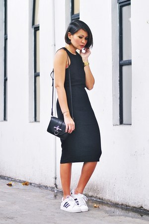 black dress - black bag - white Adidas sneakers