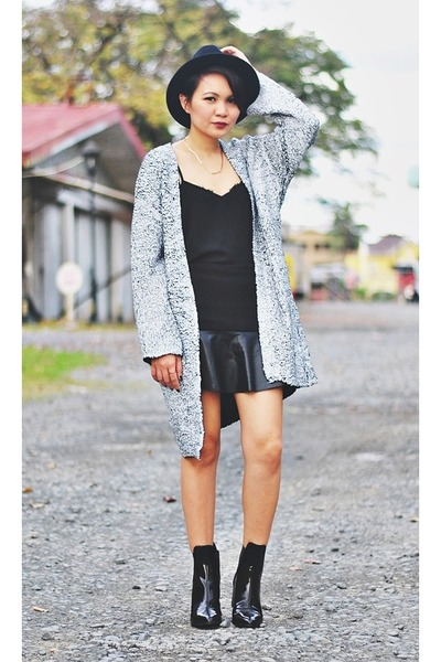ivory crackle finish cardigan - black patent leather boots - black leather skirt