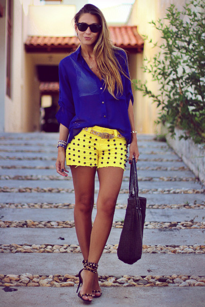 studded-2chance-shorts-wayfarer-ray-ban-sunglasses-studded-schutz-sandals_400