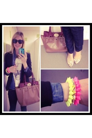 hot pink GrifeOn bracelet - white shirt - brick red Passarela bag