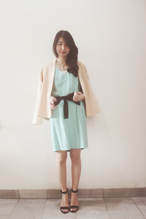 peach blazer - aquamarine dress - black heels