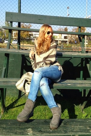 Mou boots - Zara jeans - Prüne bag - Ray Ban sunglasses - Mercadillo Local cape