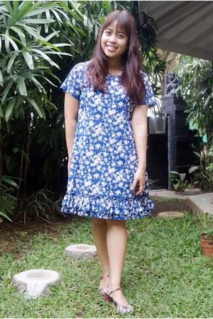 blue floral dress - magenta floral heels