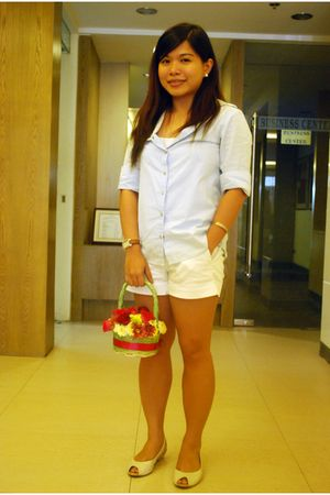 blue Kamiseta shirt - white basic top - white Plains & Prints shorts - beige Cel