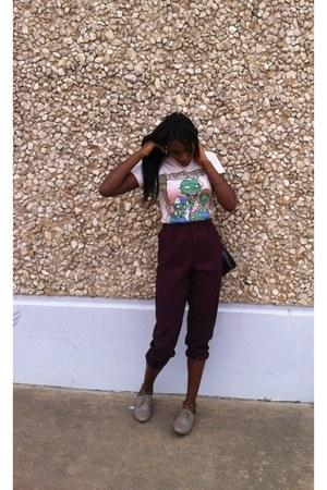 light pink t-shirt - beige shoes - black purse - crimson pants