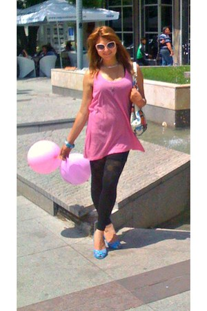 turquoise blue pumps - black leggings - white bag - peach sunglasses