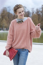 Skinny-jeans-red-bag-pink-cardigan-gold-necklace