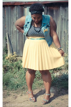 light yellow thrifted skirt - black shirt - bubble gum Kimchi Blue sandals