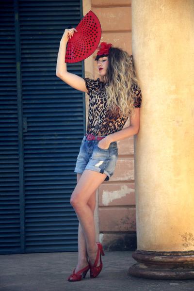 red vintage belt - sky blue Zara shorts - dark brown Zara top - red QSP heels