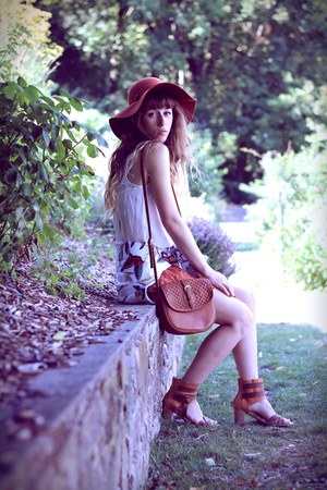 white Breaking Rocks jumper - carrot orange Urban Outfitters hat