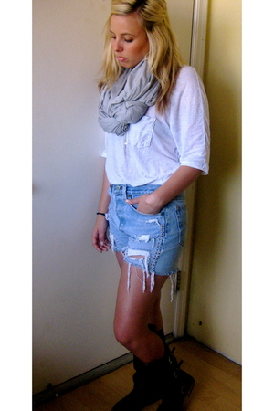 BDG t-shirt - Levis shorts - vintage boots - donni charm scarf