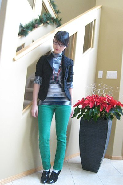 black blazer - black top - green jeans - red necklace - black shoes