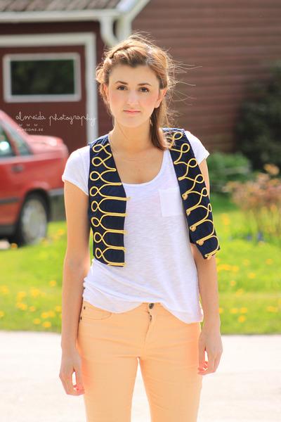 navy Bik Bok vest - peach Ellos jeans - white GINA TRICOT t-shirt