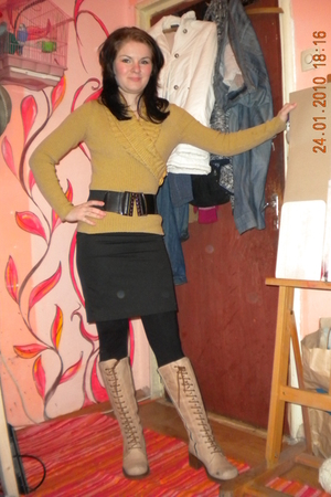 gold sweater - black belt - black leggings - beige boots