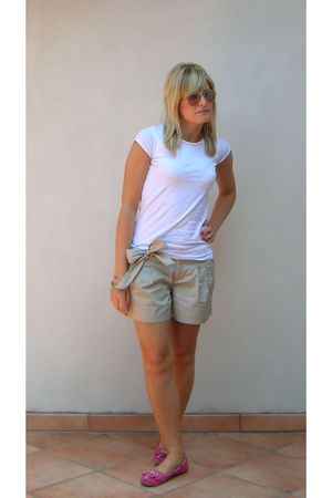 beige united colors of benetton shorts - white Stradivarius t-shirt - pink Ray B