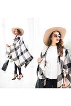 checkered Boohoo cape - gray Hudson jeans - neutral Lack of color hat