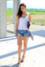Navy-denim-bershka-shorts-white-loose-mango-top-black-spikes-zara-sandals
