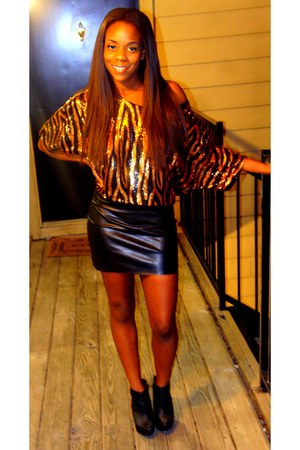 gold sequin Black & Gold top - black booties boots - black leather skirt