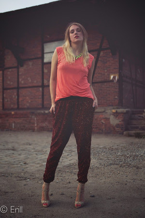 salmon NewYorket top - brick red Stradivarius pants - tan deezee sandals