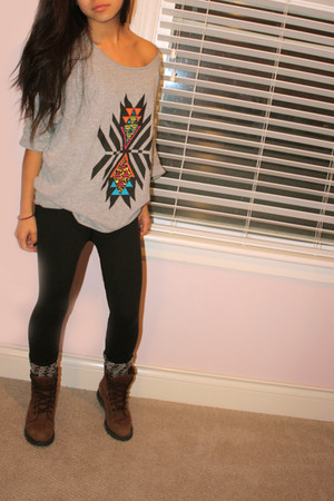gray 725 by walmart shirt - black Lulu Lemon leggings - gray Billabong socks - b
