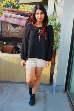 eggshell shorts - black top