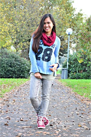 sky blue jennyfer sweater - black Alcott jeans - ruby red Bazaar scarf