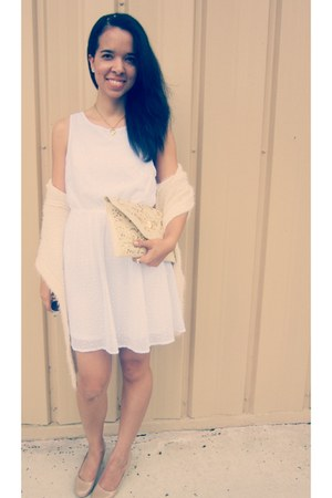 white romantic floral H&M dress - off white vintage clutch thrifted vintage bag