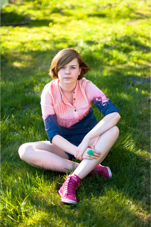 navy DIY shirt - hot pink Buffalo sneakers