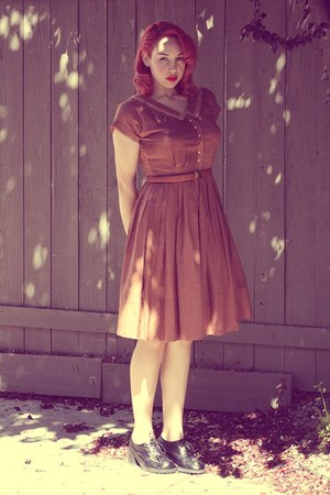 thrifted vintage dress - thrifted vintage belt - black pleather Sketchers heels
