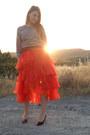 Red-tut-shirt-black-heels