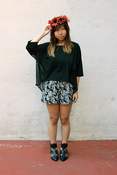 black Uniqlo shorts - black thrifted top - black Zara sandals